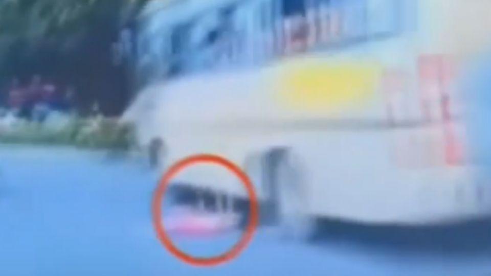 粗心媽忙滑手機 女童車窗摔落馬路中央