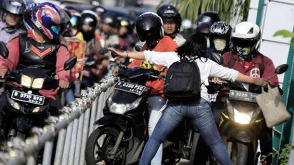 人行道上「大字形」擋車 印尼廚娘霸氣超展開