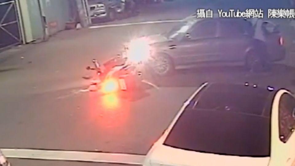 砰!騎士未戴安全帽 撞上轉彎汽車倒地不起