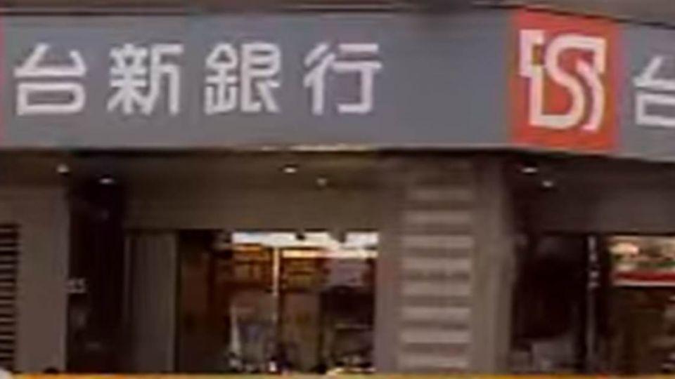 【最新】惡棍搶銀行80萬 2女遭不明液體潑灑送醫