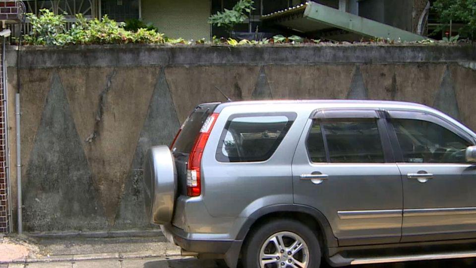 休旅車停路邊! 小偷踩過去 翻牆偷東西