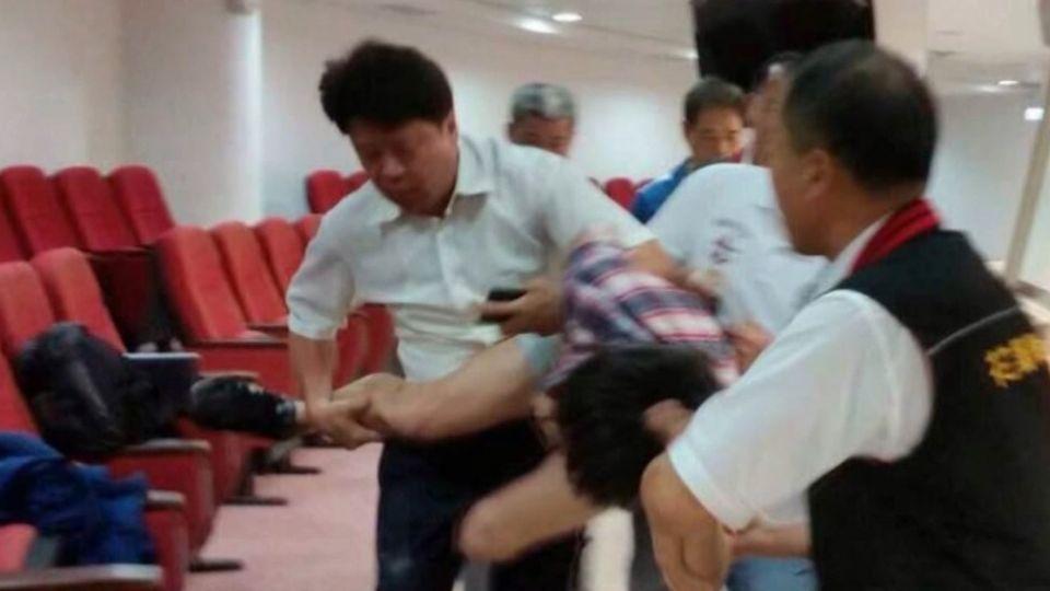 東華生直播花蓮議會 遭警「架乳豬式」抬出場