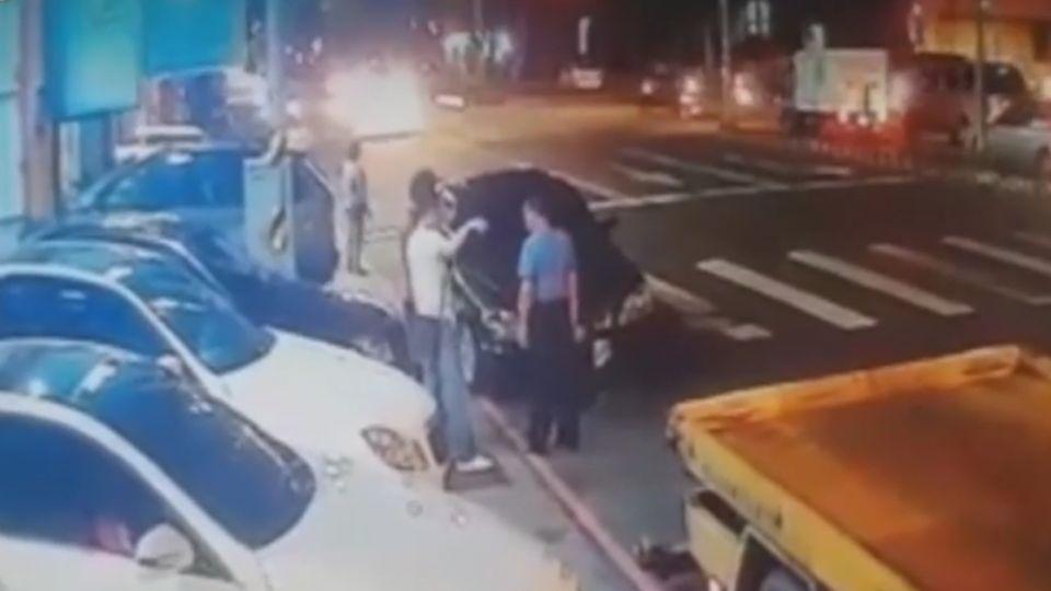 機車騎士停紅燈 遭轎車追撞滾兩圈飛摔
