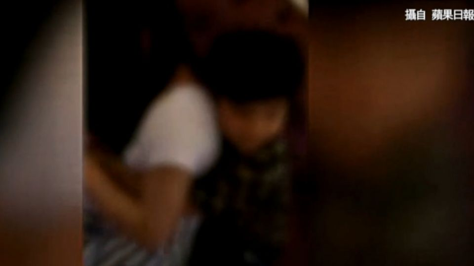 「親一下」教壞小孩!大人教唆童強吻服務生