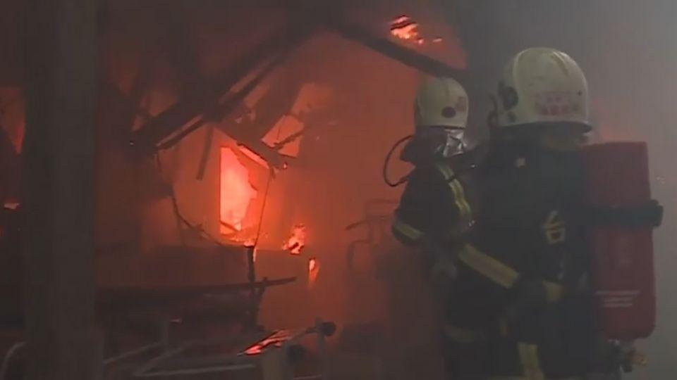 大火延燒八小時才滅 民轟:雲梯車全壞