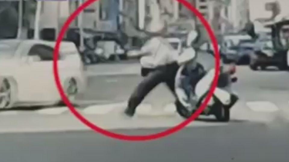 就愛這款!女穿BMW上衣 偷雙B撞警車