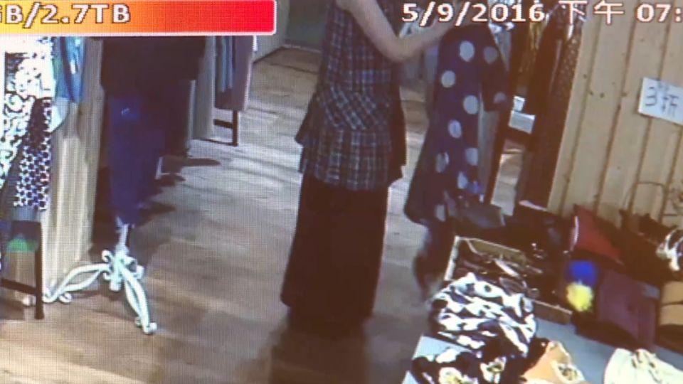 長髮氣質正妹 進服飾店竟是來偷衣服
