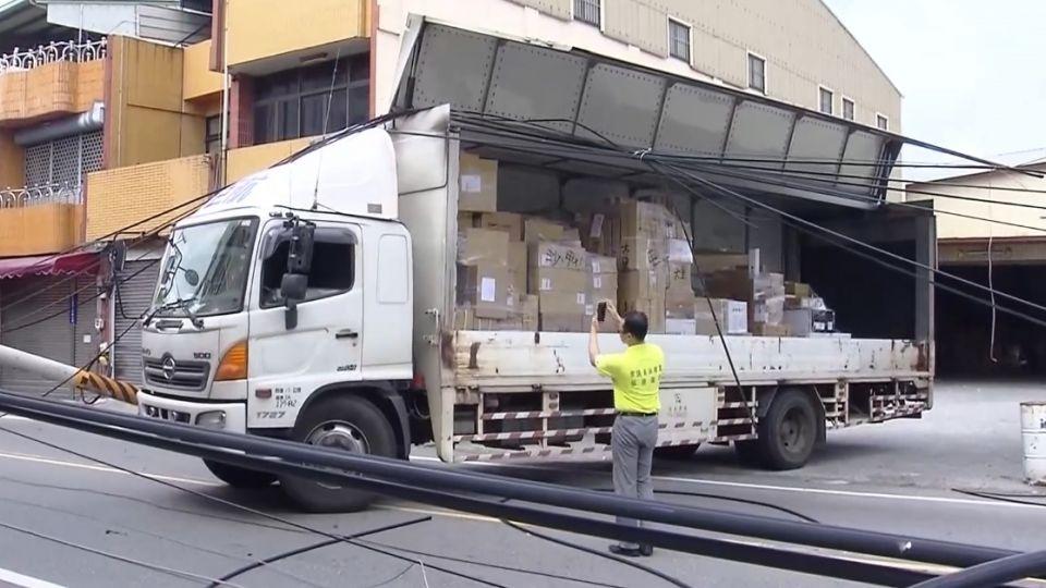 貨車「鷗翼忘了收」勾倒電線桿 害4千多戶停電