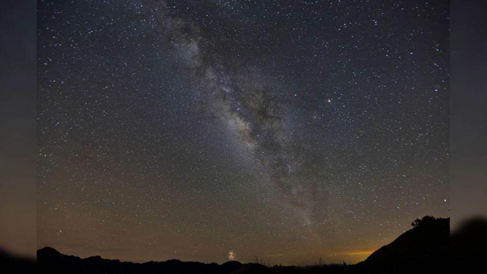 【影片】合歡山看銀河驚見人臉!網友:被抓到了…
