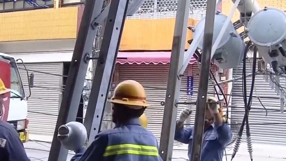 貨車「鷗翼忘收」 勾倒電桿4千多戶停電