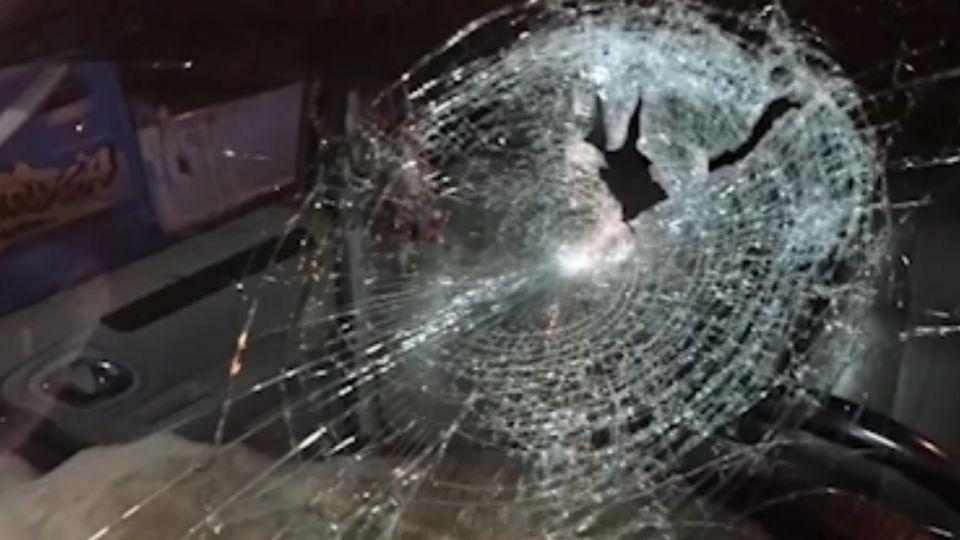 「國道飛來鋼條」砸中後車 姊妹命大僅輕傷