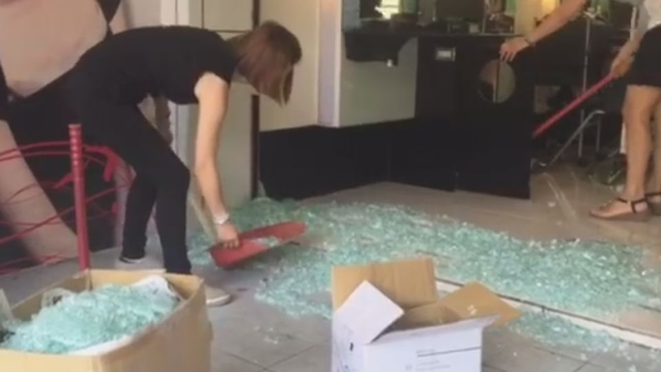 天搖地動! 羅東髮廊門口玻璃 整片碎裂掉落