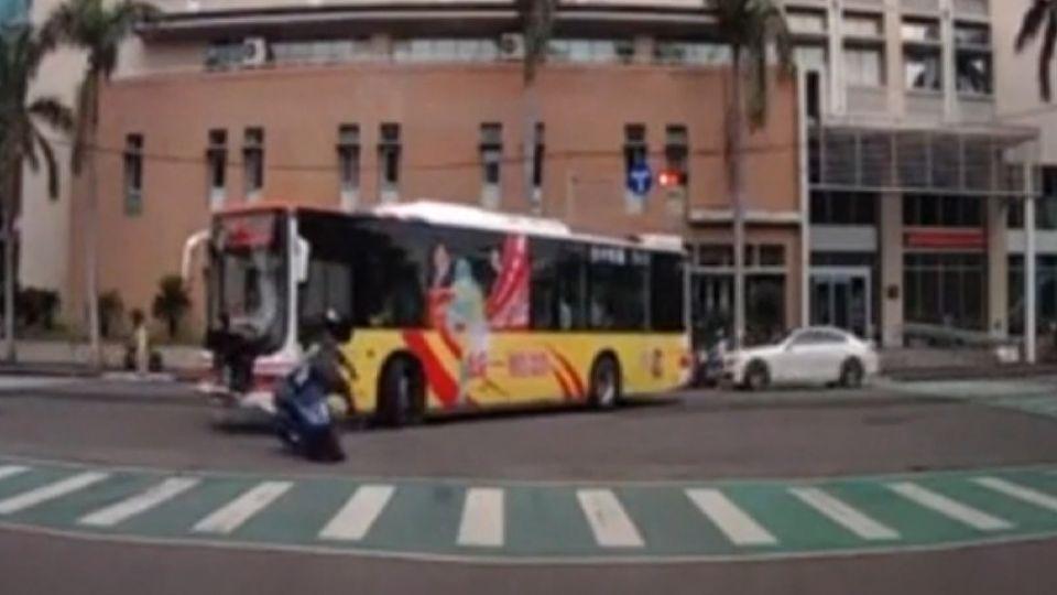 碰! 公車綠燈正起步 機車高速撞 騎士倒地