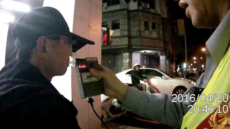 罰不怕!男酒駕5次又喝 遭警攔查還想拒測
