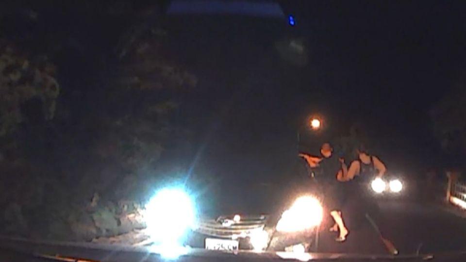 毒鴛鴦意圖衝撞警車落跑 警網飛車逮人