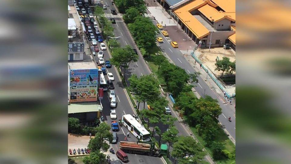 【最新消息】淡水大塞車! 貨車自撞分隔島阻交通 幸無傷
