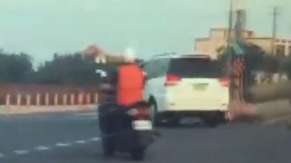 快慢車道號誌不明確 汽機車爭道碰撞