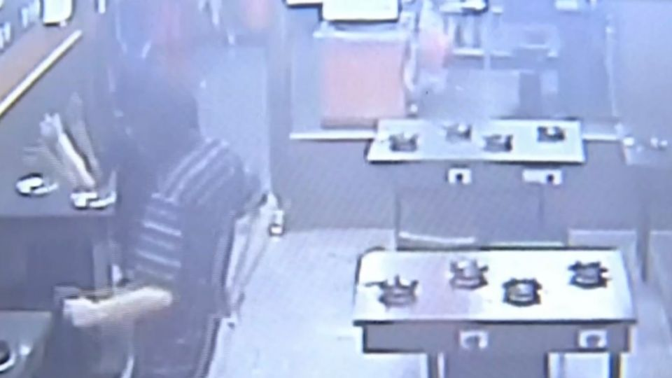 鬍渣男偷瞄女店員 趁空檔...一秒起身衝撞