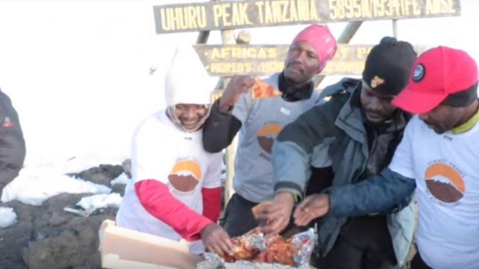 【影片】破紀錄!披薩外送花4天 爬上非洲最高峰