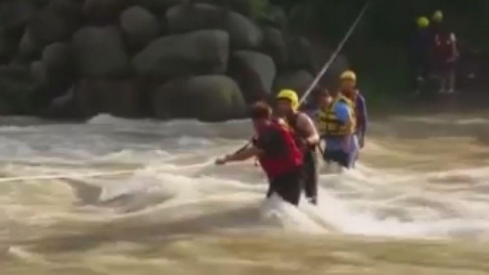 山區戲水消暑不知上游下雨 溪水暴漲10人困
