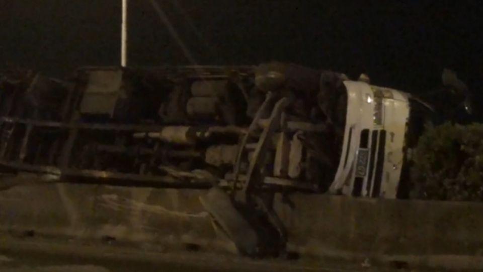 超瞎!大貨車爆胎 蝦掉滿地影響11車7傷