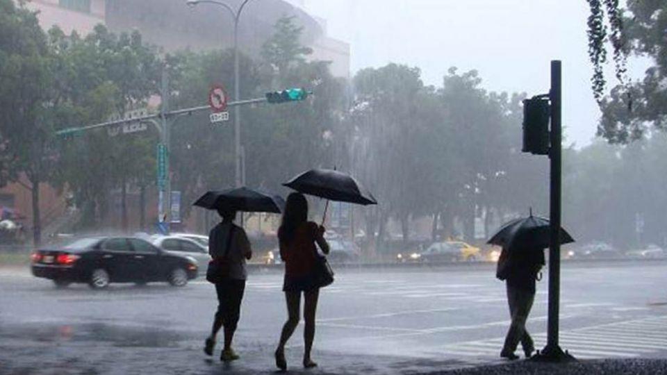 狂降9度!鋒面、東北季風來襲 雨傘千萬不要收