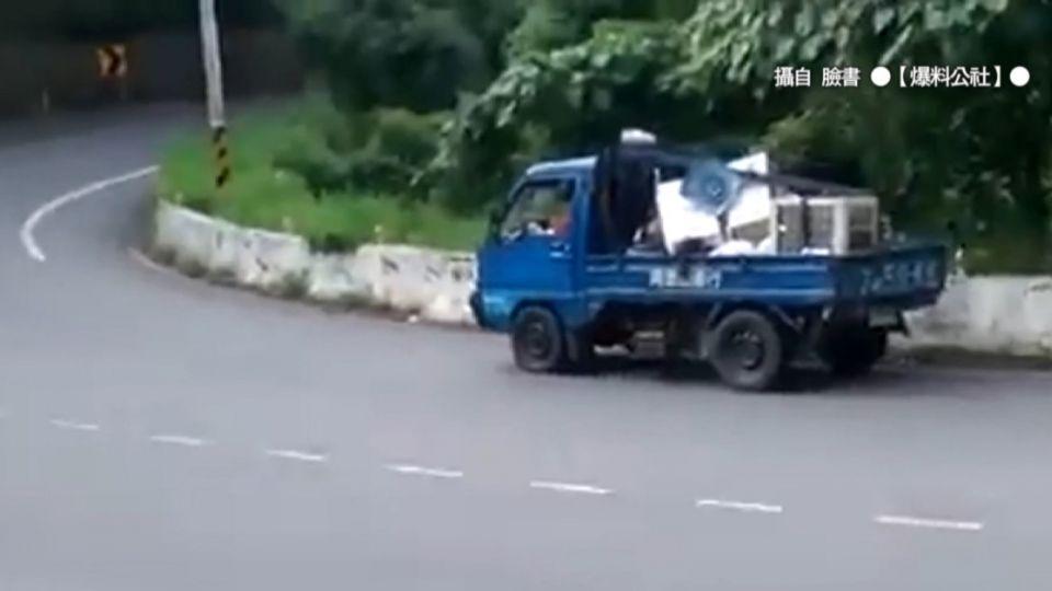 小貨車不滿被按喇叭 山路繞圈阻重機騎行