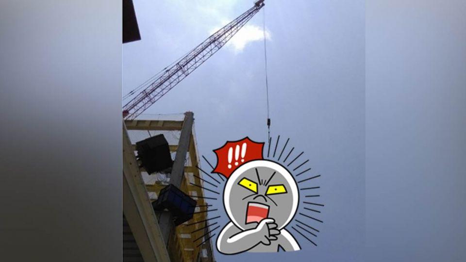 遇見吊掛「溫馨」的工程吊 網友讚:辛苦了!