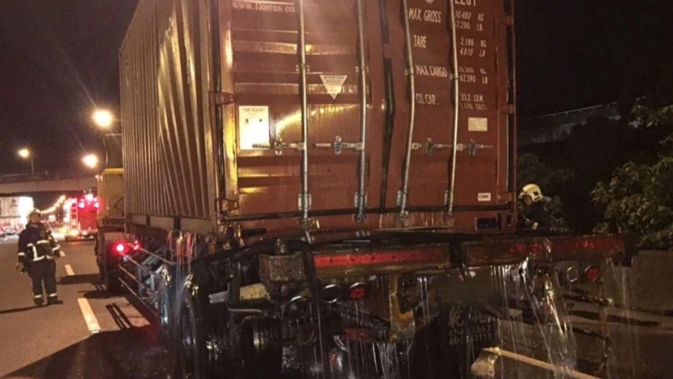 貨櫃車追撞車頭毀 「乙二醇外洩」消防警戒