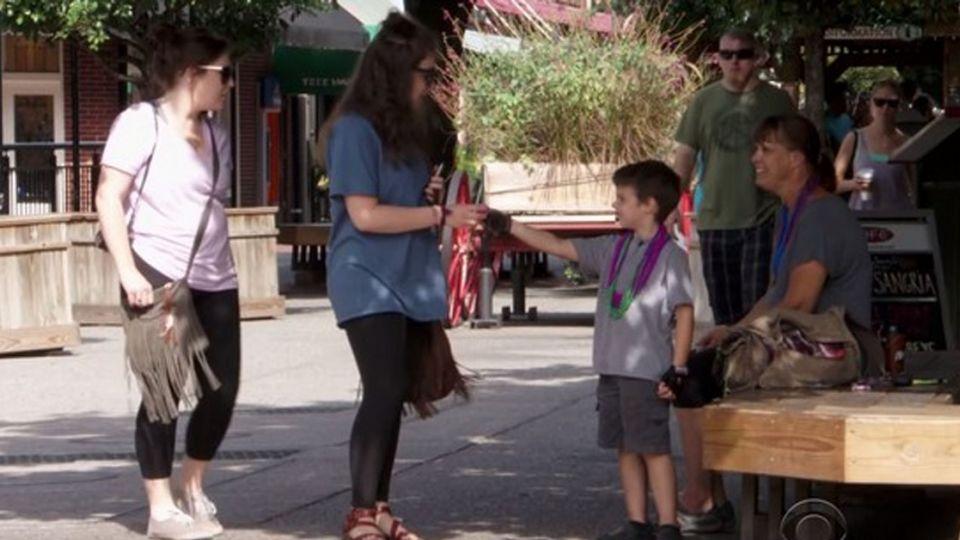 【影片】感動!6歲童痛失父母 把悲傷化愛 街頭集微笑