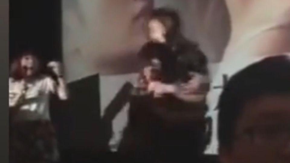 劉亦菲宣傳電影 被男粉絲「擒抱」撞飛擦傷