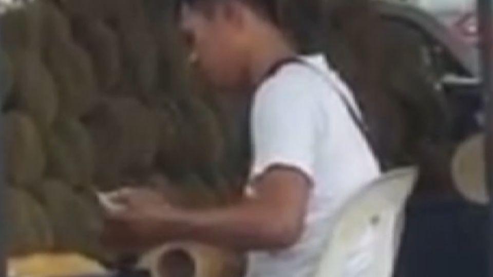 馬來西亞榴槤攤販 包裝員對水果盒吐口水?
