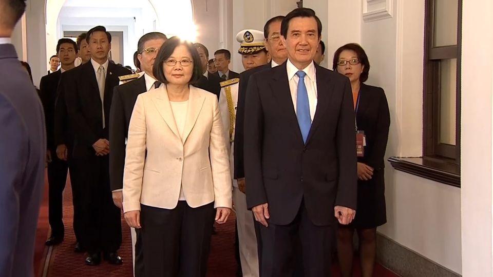蔡總統送馬前總統出總統府 兩人四度握手