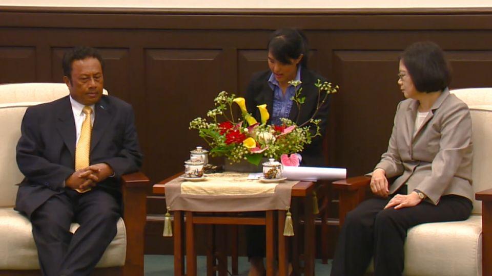 蔡總統首接見外賓 穿著保持「小英style」