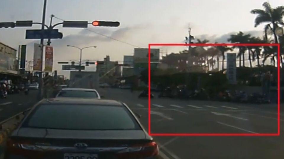 與左轉車爭道! 路口一天百輛機車闖紅燈