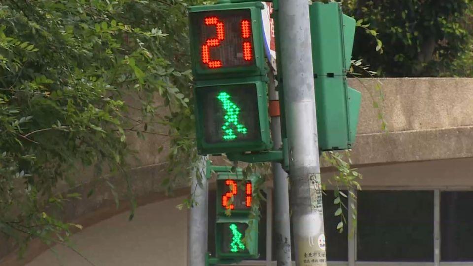 士林國小「短秒」號誌 雙向大馬路「綠燈22秒」