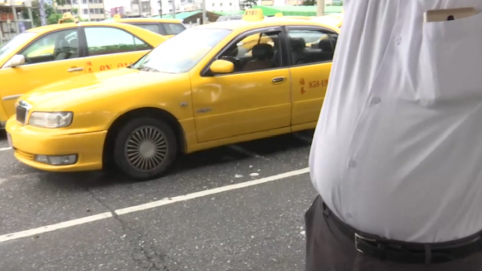 遊覽車違規停路中央 怒瞧小黃「叭什麼」