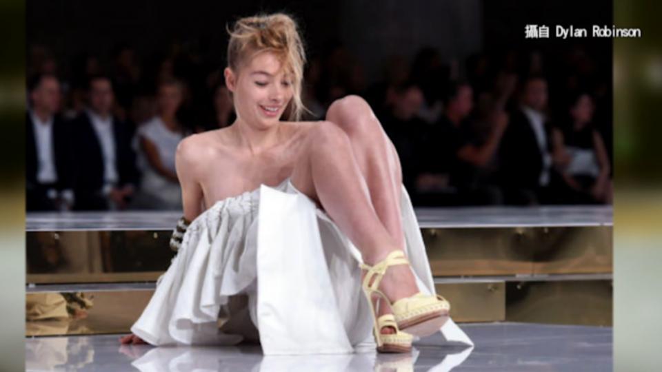 澳模特兒伸展台慘摔 意外呈現服裝「細節美」