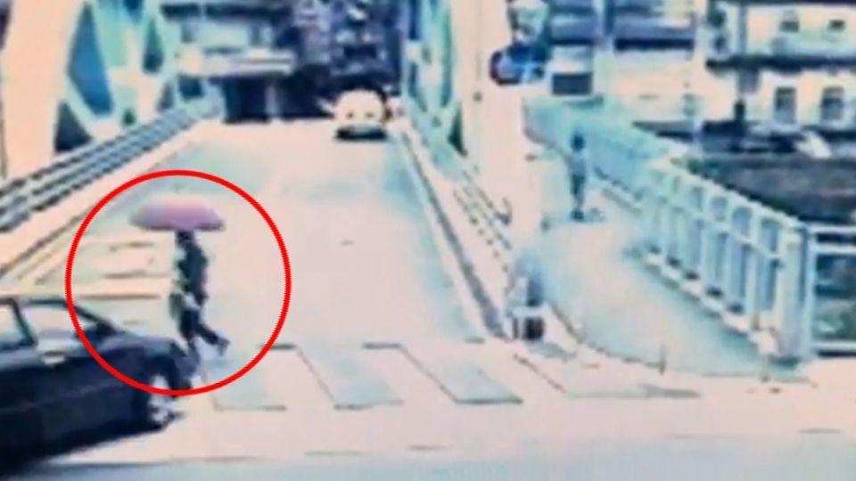 「來不及」! 轎車視線被擋住衝撞91歲老婦!