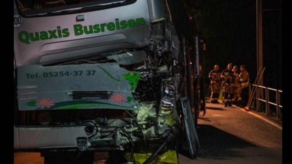 「遊覽車卡平交道」高鐵驚撞 台團8傷2留院