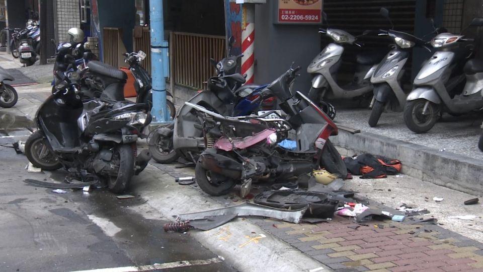 轎車自撞13台汽機車 後座男子棄車持包逃逸