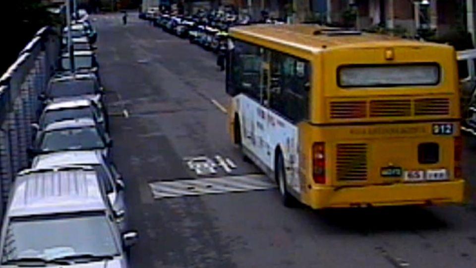 疑情侶吵架女跑馬路上 公車輾人驚悚畫面曝