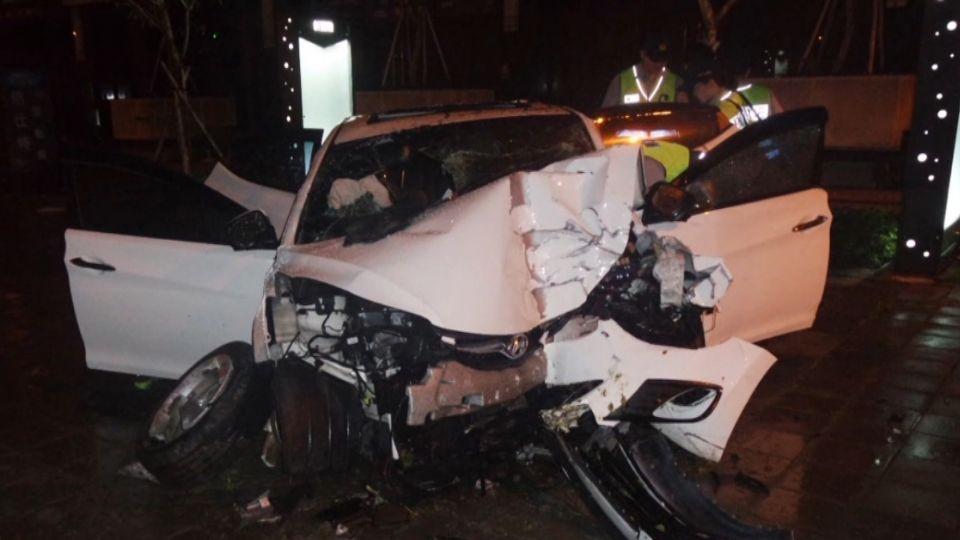 車失控開上人行道再撞橋墩 副駕駛不治