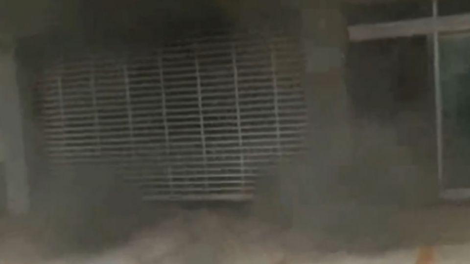銀行起火!警消破門撲滅 行員「熨斗」搶救單據