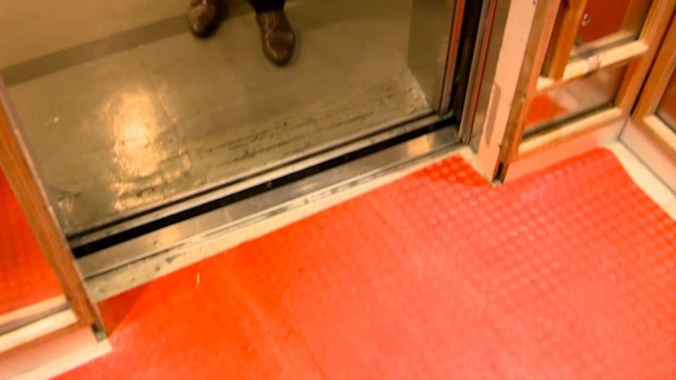 校醫疑踩空 電梯車廂啟動...遭卡電梯間!