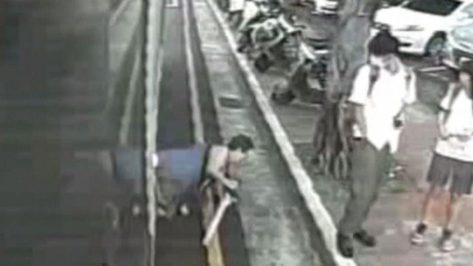 「以為乘客下車了」 公車開走 害嬤摔倒滾地