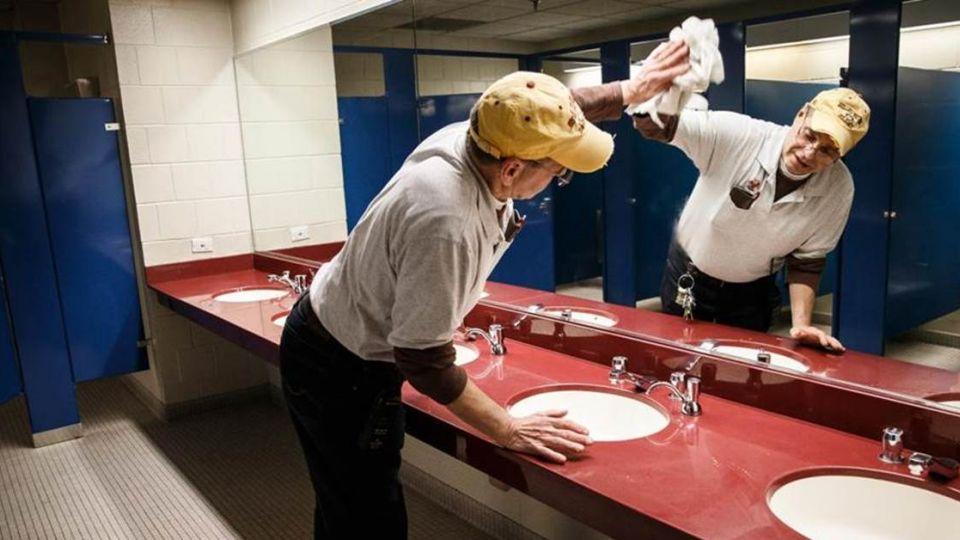 好偉大!美父夜掃廁所15年 盼讓5子女進名校
