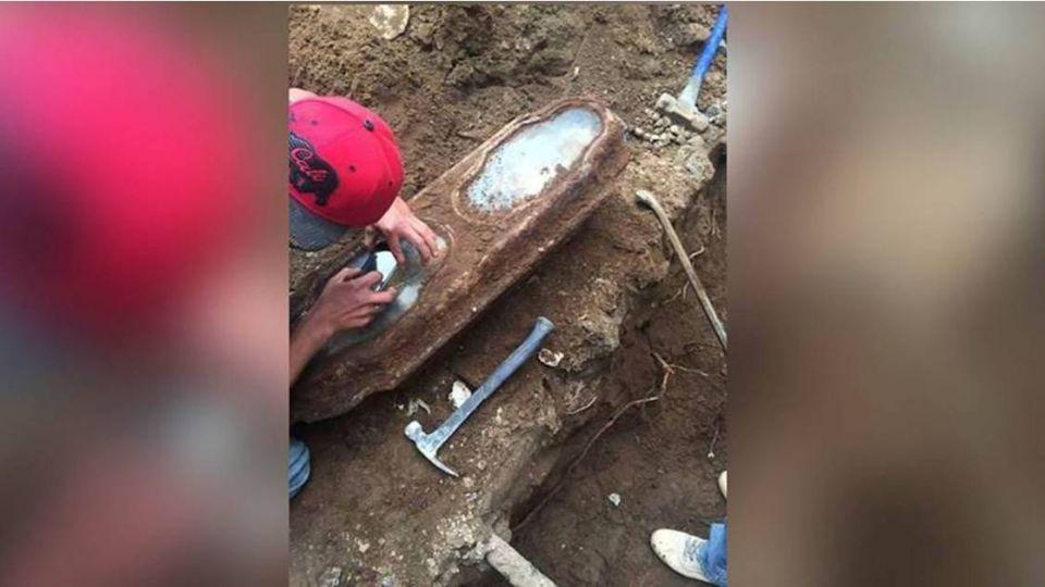 【影片】跨世紀相遇!修屋挖到「棺材」 竟是被遺忘的...