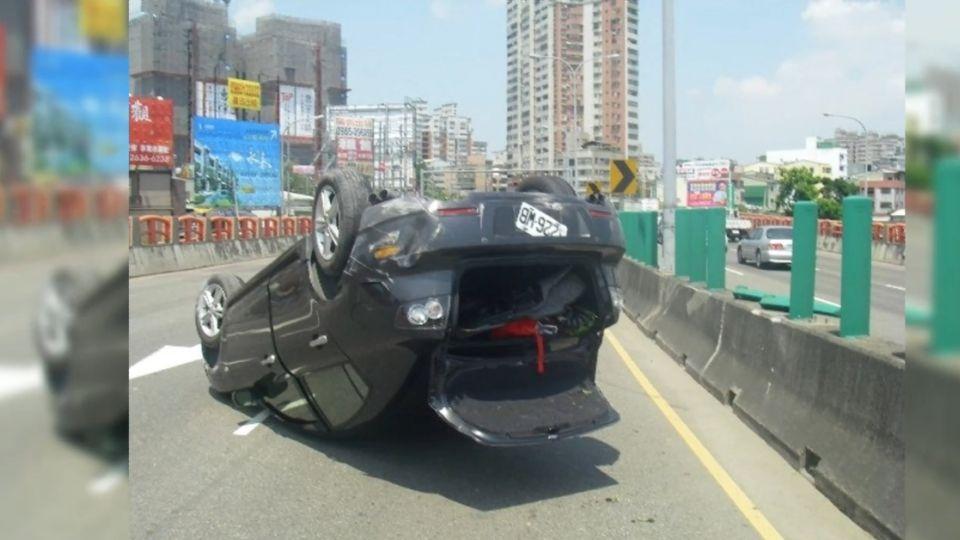 水泥車撞客車翻覆 怕吃罰單落跑...犯行全都錄