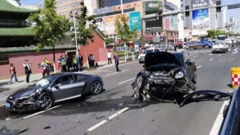 財務糾紛! 警局前..休旅猛撞擋路百萬名車